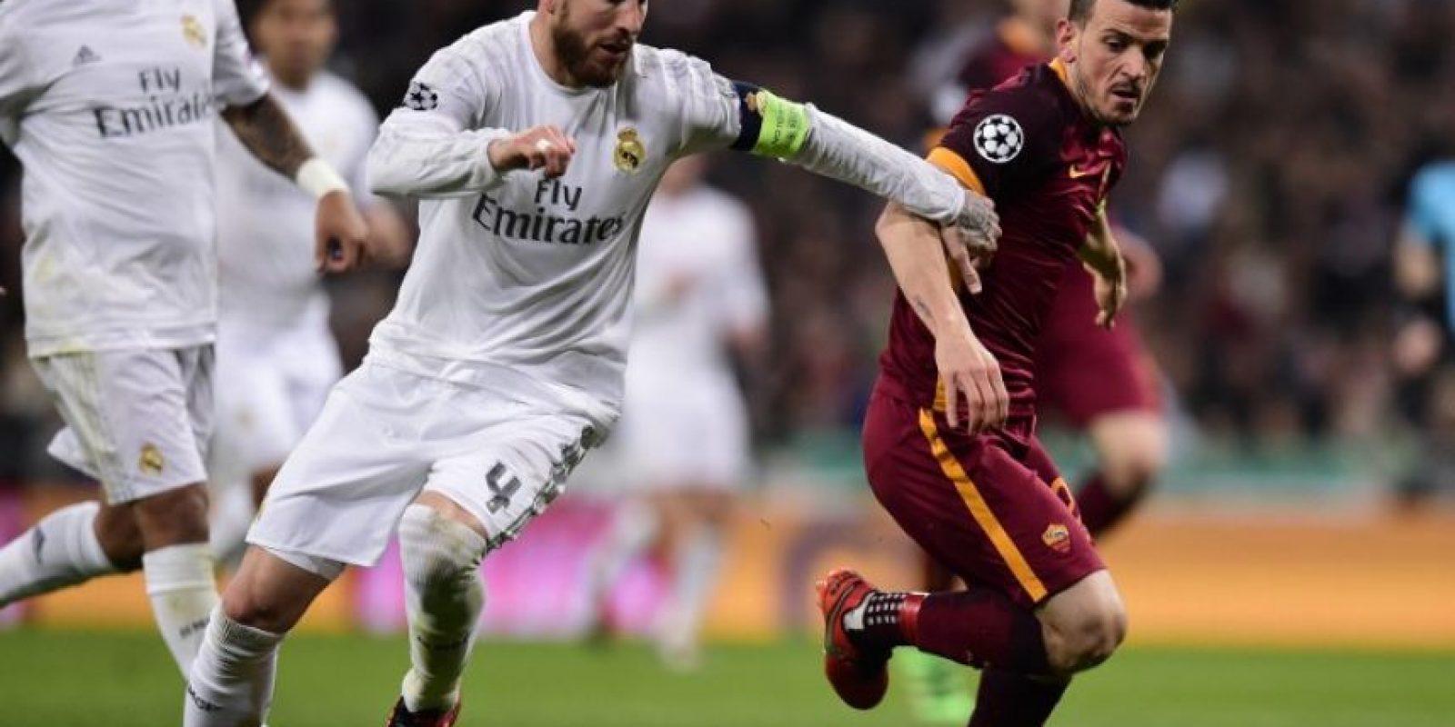 Jugadores del Real Madrid y el AS Roma disputan un balón en un partido de Champions League. Foto:AFP