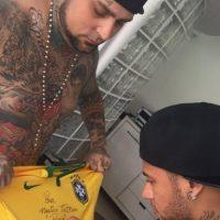 """Después de la sesión, """"Ney"""" le regaló una camiseta firmada Foto:Vía instagram.com/adaorosatattoo"""