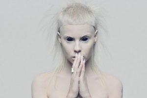 """Es la reina del Zef, corriente estética que reivindica lo """"cool"""" sin tener un centavo. Foto:vía VEVO/Die Antwoord"""
