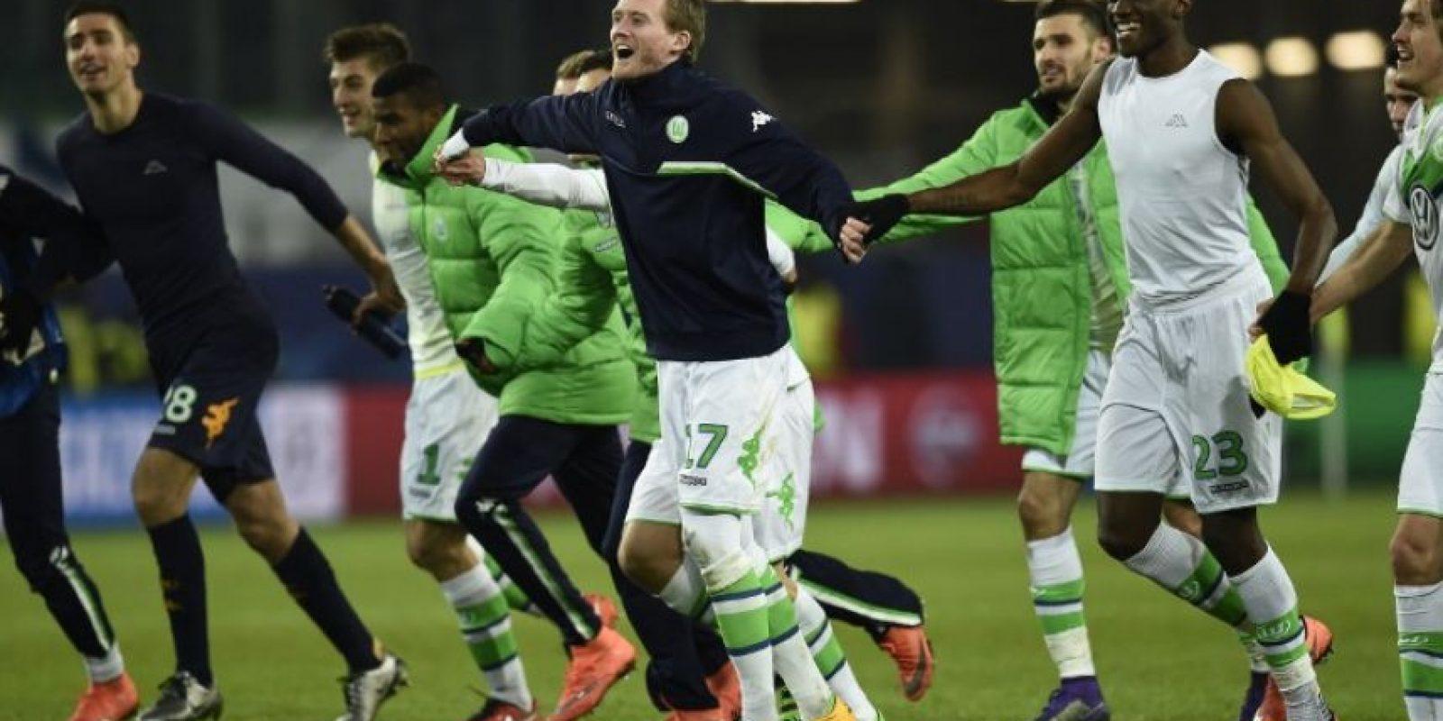 Jugadores del Wolfsburg celebran la clasificación a cuartos de final de Champions League. Foto:AFP
