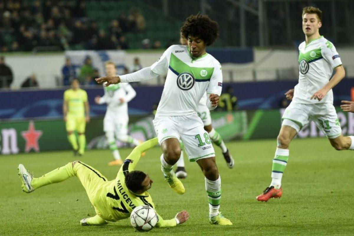 Jugadores del Wolfsburg y el Gent disputan un balón en un partido de Champions League. Foto:AFP