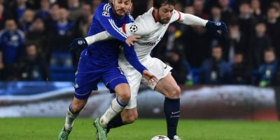 Jugadores del Chelsea y el PSG disputan un balón en un partido de Champions League. Foto:AFP