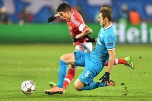 Jugadores del Zenit y el Benfica disputan un balón en un partido de Champions League. Foto:AFP