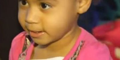 Video. Niña de 2 años llama al 911 para pedir ayuda para vestirse