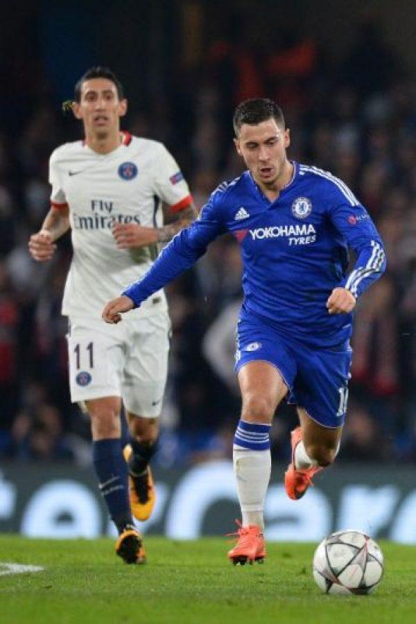 Eden Hazard, del Chelsea (derecha), y Ángel Di María, del PSG, disputan un balón en un partido de Champions League. Foto:AFP