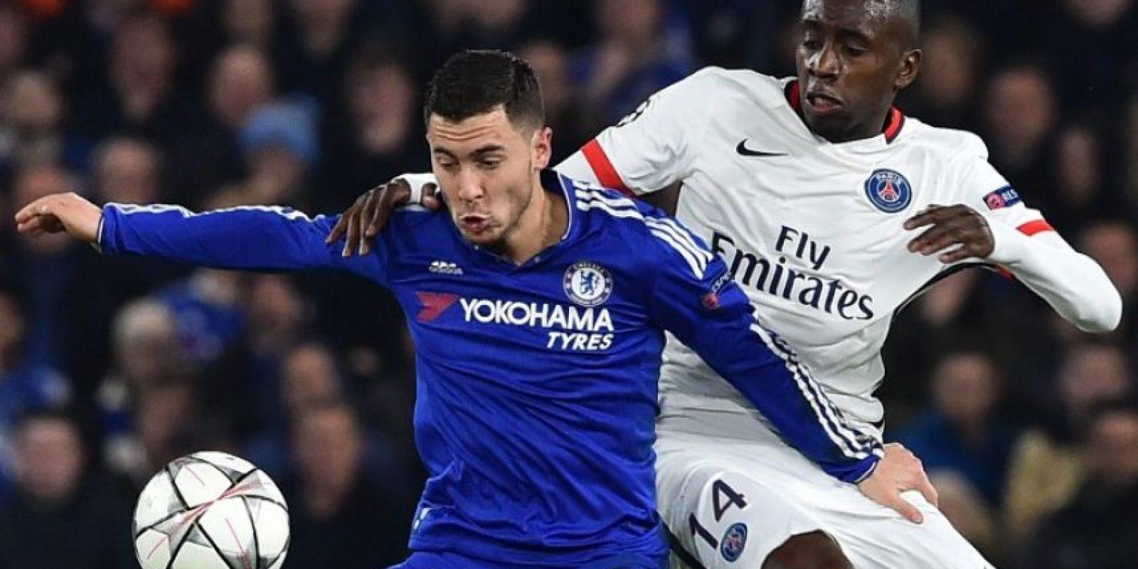 Eden Hazard y Blaise Matuidi disputan un balón en un partido de Champions League. Foto:AFP