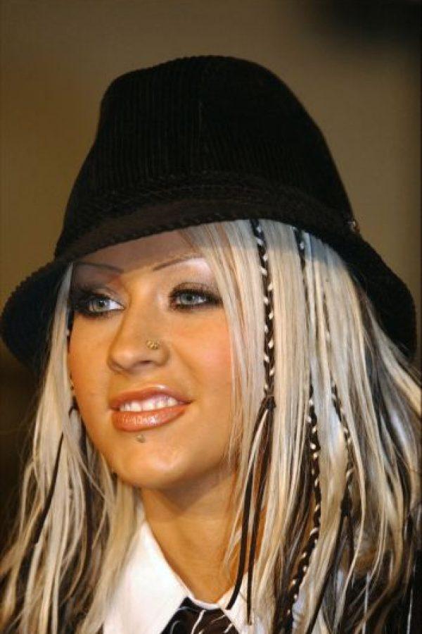 2. Maquillarse como lo hacen las estrellas porno hoy en día: sombra metálica, exceso de gloss y cejas delgadísimas. Foto:vía Getty Images