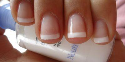 Secar sus uñas: ni en broma las soplen. De hecho, el frío las seca más rápido. Pongan sus manos sobre un recipiente con hielo. Foto:vía Tumblr