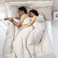 Dormir: hacerlo en posición fetal arruina su espalda. Deben tener por lo menos dos apoyos, uno en la cabeza y otro en sus pantorrillas para poder descansar. Foto:vía Getty Images