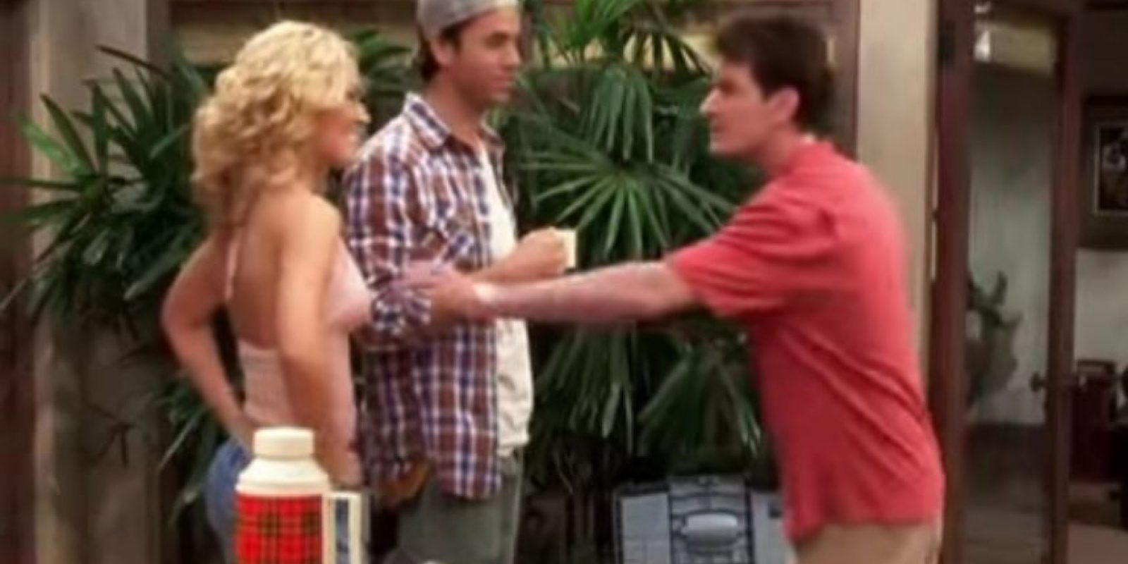 "Enrique Iglesias en ""Two and a half men"" Foto: Warner"