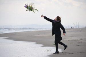 Algunos japoneses lanzaron flores en las costas en memoria de los fallecidos Foto:AFP
