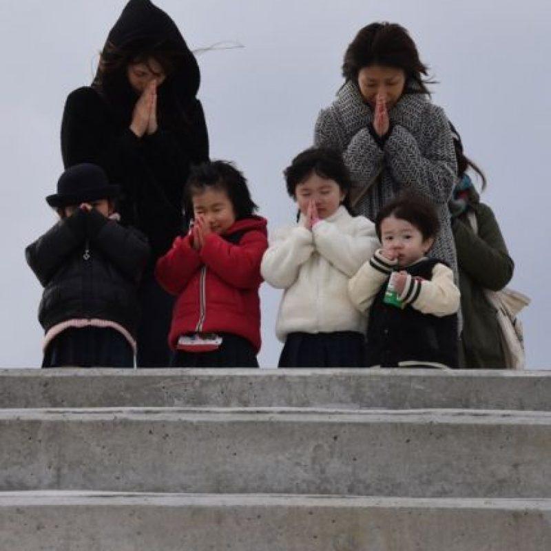 Adultos y jóvenes rezaron por aquellos que perdieron la vida en 2011. Foto:AFP