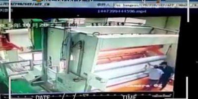 """Mira cómo una máquina de imprenta """"se come"""" a una persona"""