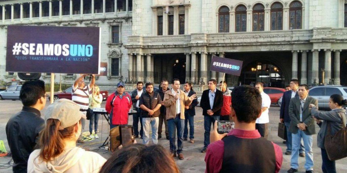 EN IMÁGENES. Jimmy Morales sale a la Plaza de la Constitución a orar por la Paz