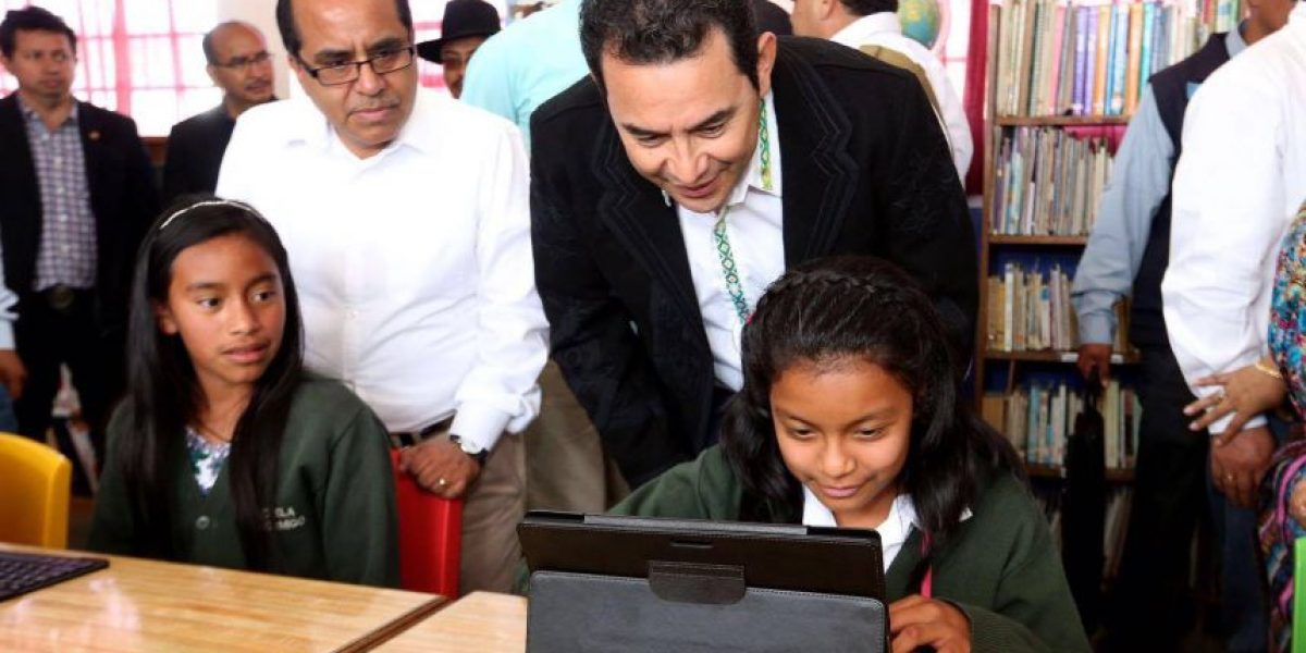 Jimmy Morales inaugura la implementación de tecnología educativa intercultural
