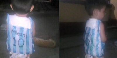 Niño guatemalteco también demuestra que es fan de Messi con una camiseta de bolsa plástica