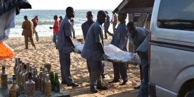 Cuerpos quedaron esparcidos en la playa. Foto:AFP