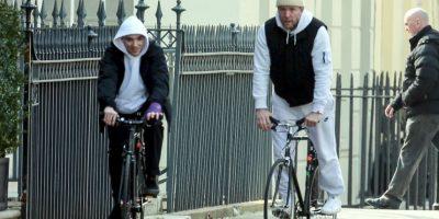 Mientras Madonna rompe en llanto en el escenario, padre e hijo disfrutan un paseo por Londres.