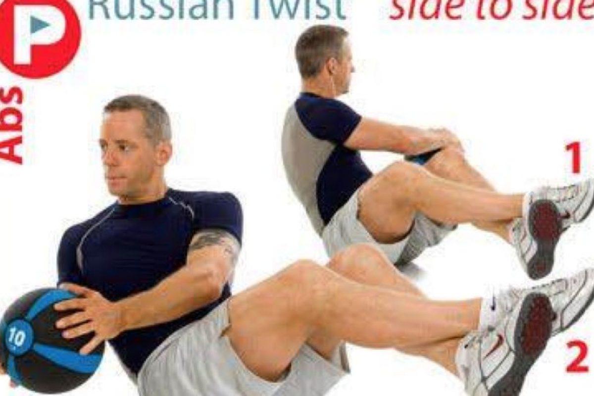 2. Rusian twist. Sentado con los pies ligeramente levantados mover un peso de un lado a otro Foto:Twitter