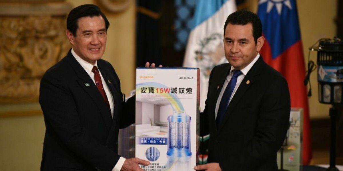 Taiwán entrega donación de aparatos contra zancudos para Guatemala