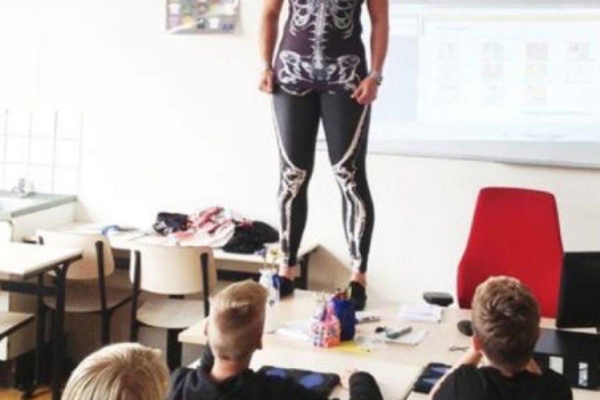 Y así enseña anatomía a sus alumnos. Foto:Vía Facebook/Groenehartscholen