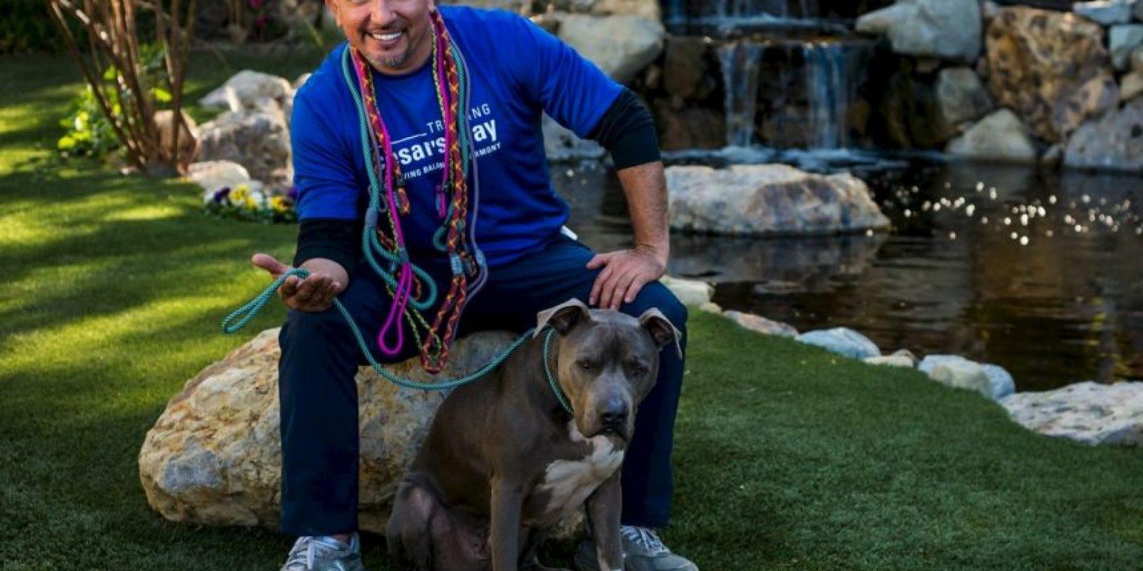 Sin apenas saber inglés, consiguió un primer trabajo de peluquero canino, y tuvo la ocasión de conocer a Jada Pinkett Smith Foto:Vía facebook.com/cesar.millan