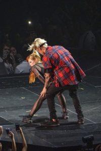 Se desconoce la identidad de la bailarina, pero se le vio muy comodón bailando Foto:Getty Images