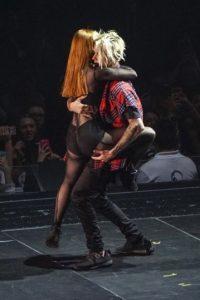 El cantante canadiense mostró sus pasos de baile acompañado de una bailarina pelirroja, Foto:Getty Images