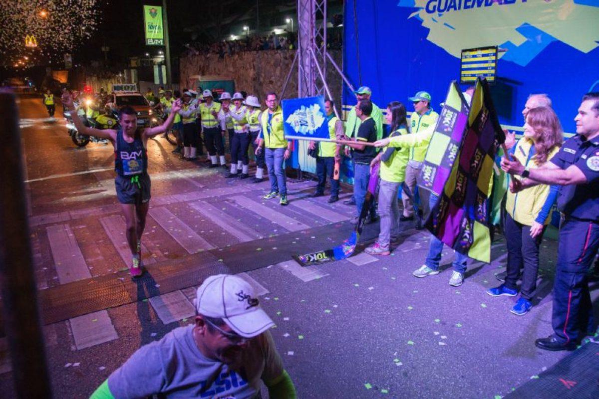 Alberto González, ganador de la categoría masculina de la 10K Nocturna Foto:Luis Carlos Nájera