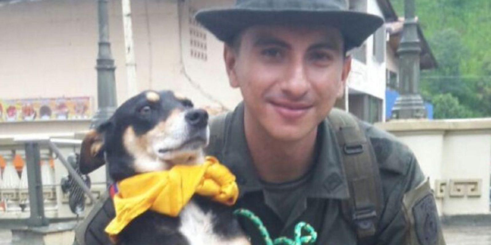El agente Jeisson Amaya, de la Policía Nacional de Colombia, rescató a un perro que podía morir ahogado. Foto:Vía Twitter @policiacolombia