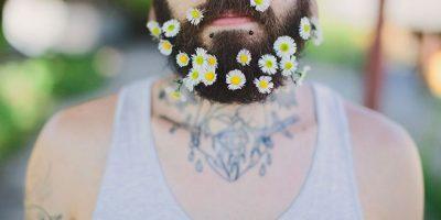 Foto. Regresa la moda masculina de ponerse flores en la barba