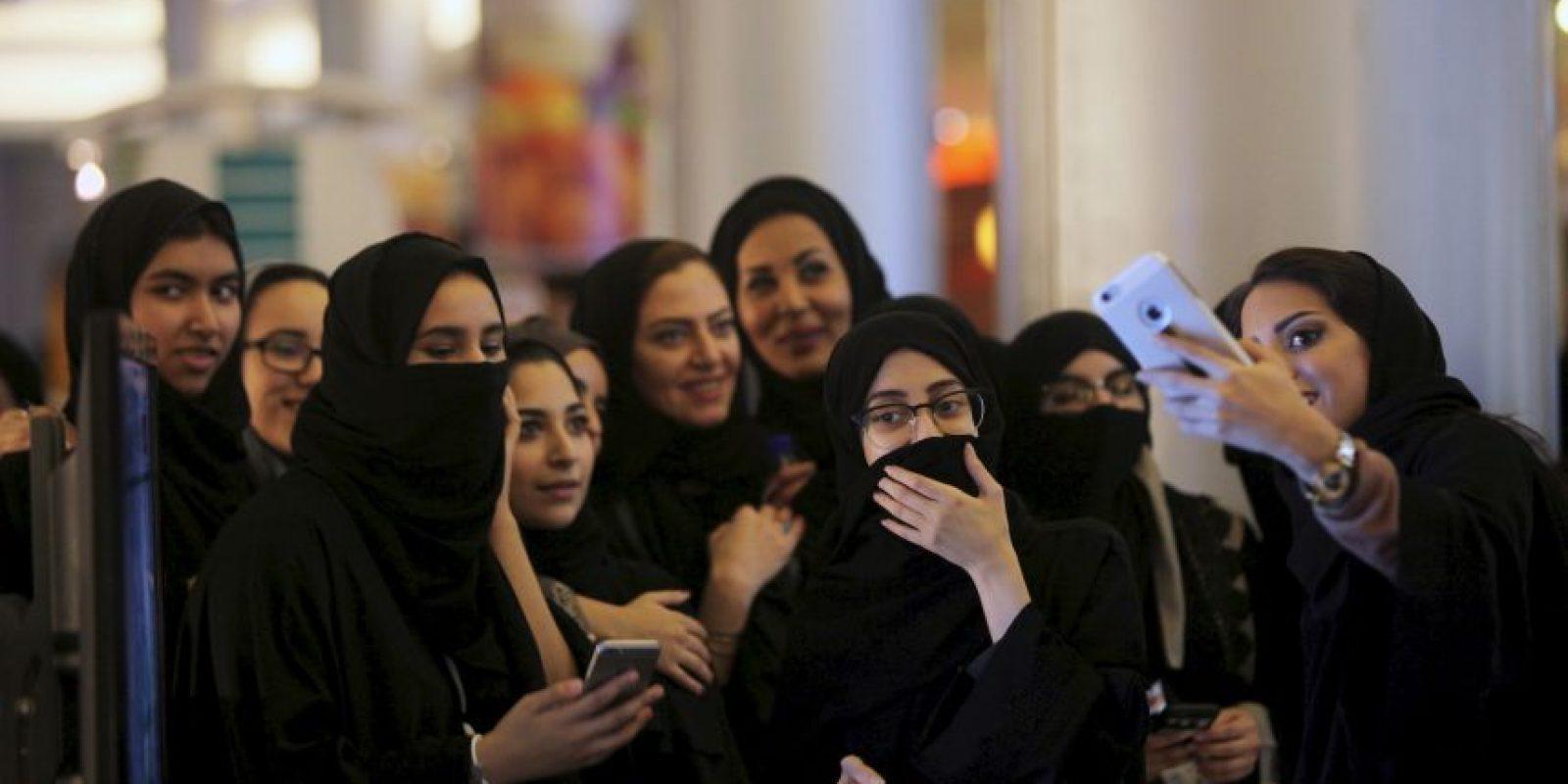 Hay lugares donde hay una fila para hombres y otra para mujeres Foto:Getty Images