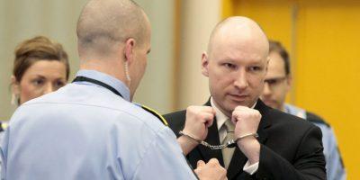 Asesino de Oslo llega a tribunales haciendo saludo nazi