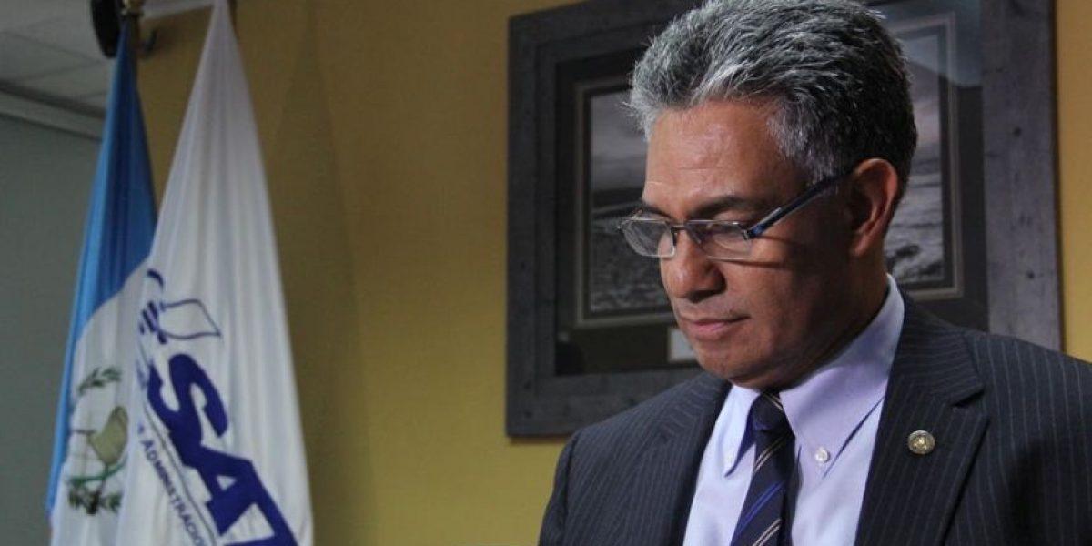 Juez inmoviliza más de Q2 millones en cuentas del hijo de Carlos Muñoz, quien dirigió la SAT