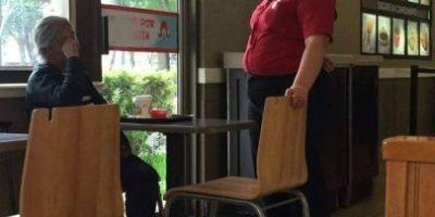 Gerente de restaurante de comida rápida en Las Américas conmueve por este noble gesto