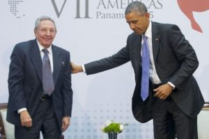 1. Barack Obama y Raúl Castro tuvieron un encuentro histórico en Panamá en abril de 2015. Foto:AP