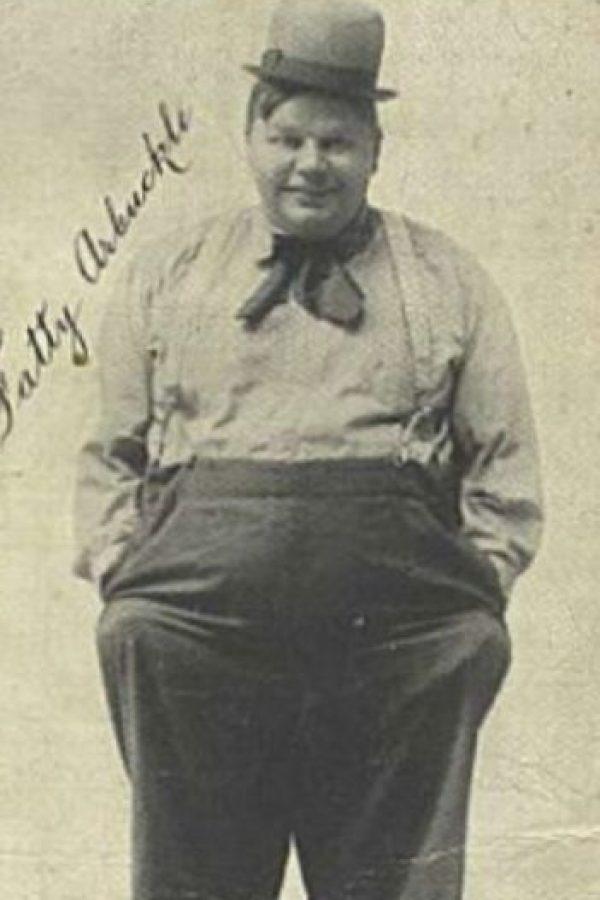 """Oliver Hardy de """"El Gordo y el Flaco"""": Era la estrella mejor pagada y más famosa de Hollywood a comienzos del siglo XX. Hasta que lo acusaron de violar y matar a la starlet Virginia Rappe. Su juicio fue muy mediático y fue atacado hasta ser destruido, pues no pudo volver a trabajar. Charles Chaplin le volvió la espalda, mas sí lo apoyó Buster Keaton. Murió de un infarto, apenado por todo lo que le habían hecho. Foto:vía Getty Images"""