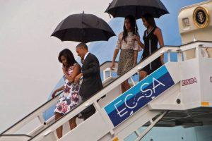 En medio de la lluvia la familia presidencial llegó a la isla. Foto:AFP
