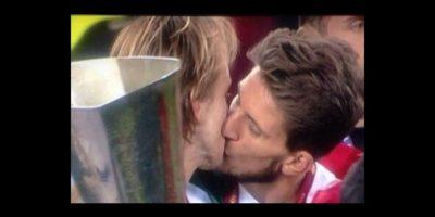 Ivan Rakitic y Daniel Carriço: En 2014, Sevilla ganó la Europa League e Ivan Rakitic fue el hombre del partido. Su compañero, Daniel Carriço se acercó e intentó besarlo en el rostro, pero el beso terminó siendo en la boca. Foto:Getty Images