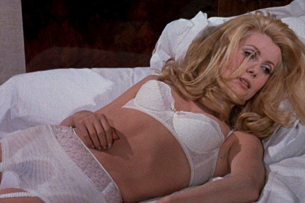 """Catherine Deneuve marcó un hito con su película """"Bella de día"""", en la que interpretaba a un ama de casa que por las noches trabajaba de prostituta. Foto:vía Getty Images"""