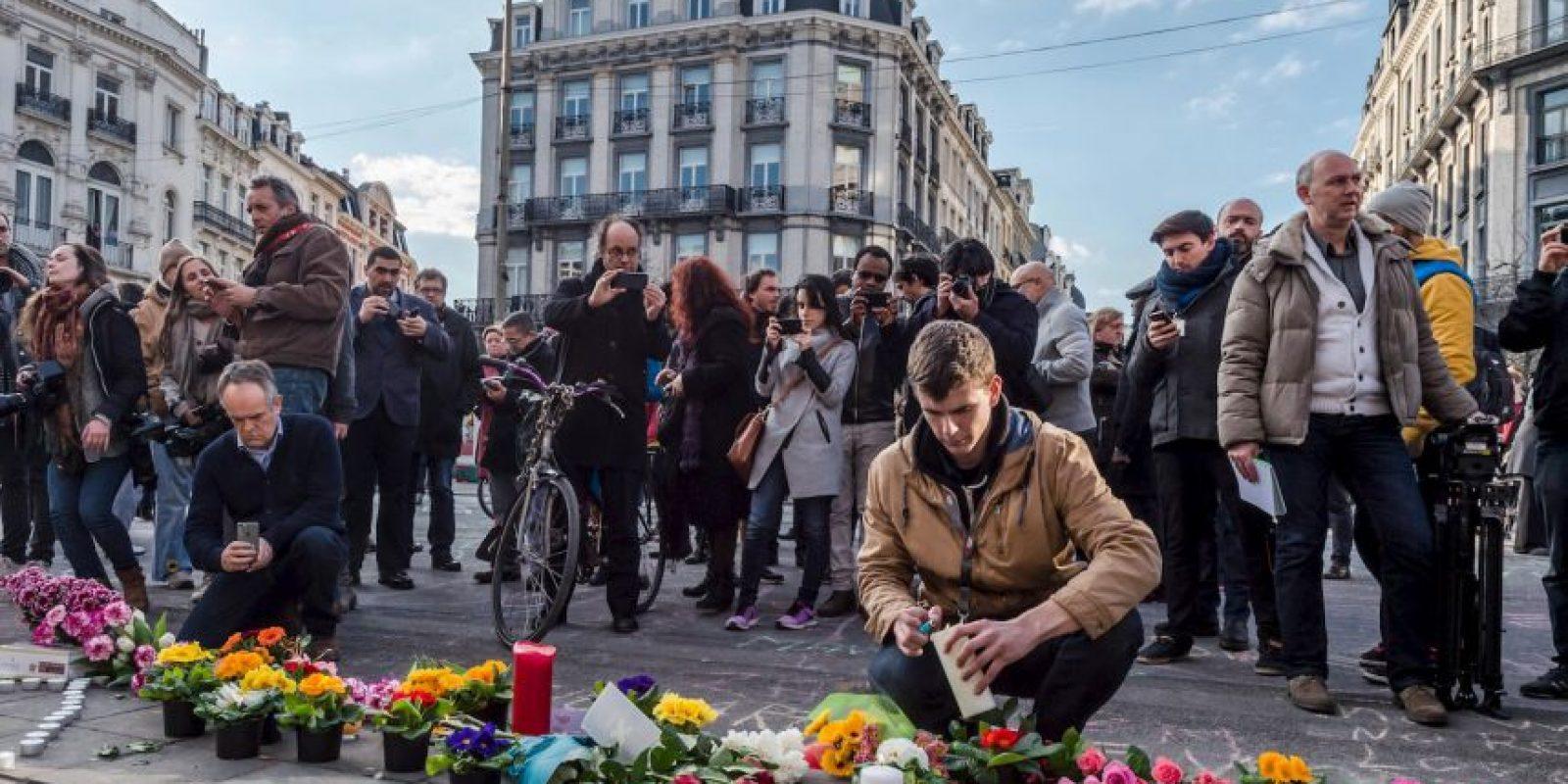 En las calles se ven ofrendas con velas y flores. Foto:AP