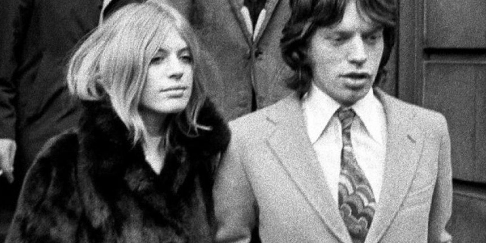 Dicen que Mick Jagger y Keith Richards se acostaron al mismo tiempo con Marianne Faithfull y le introdujeron un bombón. Cosa que no ha sido confirmada jamás. Foto:vía Getty Images