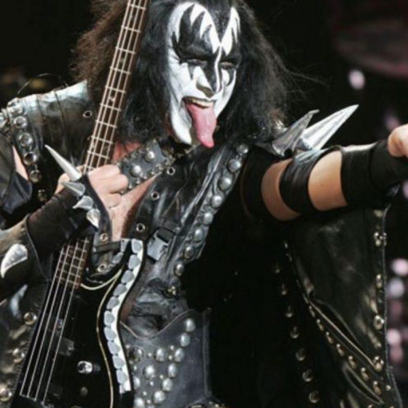 Dicen que Gene Simmons se mandó a implantar su larga lengua. Sea como sea, vale un millón de dólares. Foto:vía Getty Images
