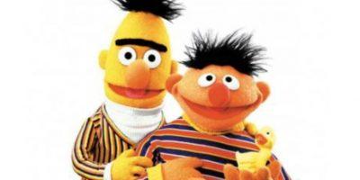 """Beto y Enrique son gays: se comenzó a pensar mal de ellos cuando vivían juntos. Pero en realidad los creadores de """"Plaza Sésamo"""" afirmaron que eran amigos y que solían mostrar cómo se convivía con las diferencias. Foto:vía Univision"""
