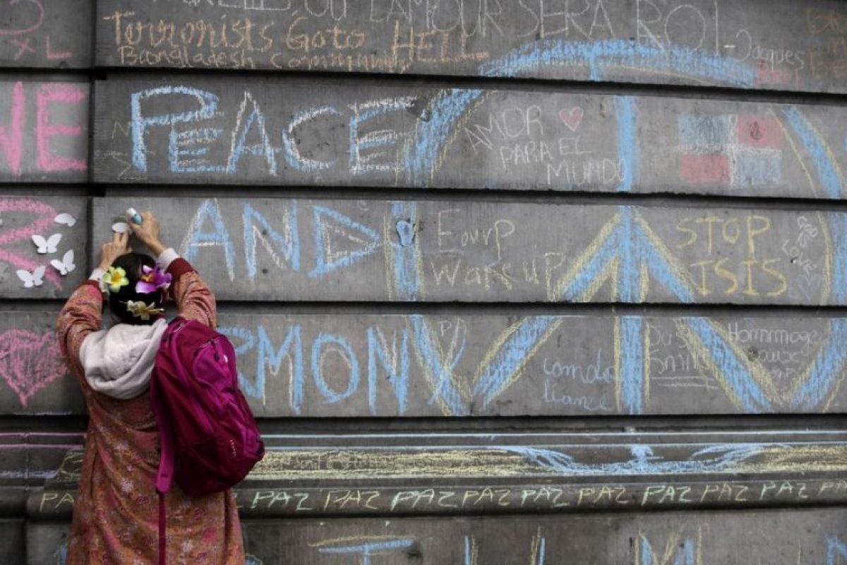 La gente improvisa un monumento en la plaza de la Bolsa de Bruselas. Foto:AFP