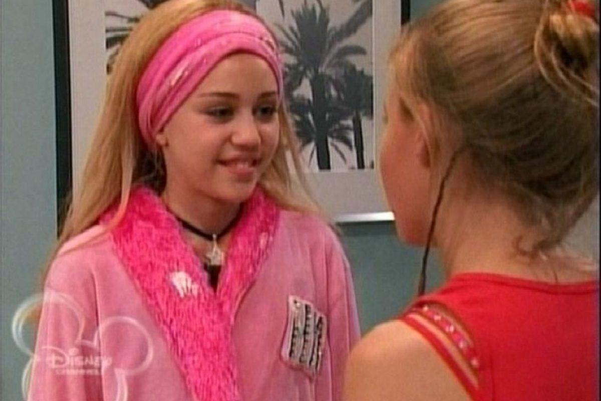 """Interpretó a Miley Stewart, una joven que con una peluca rubia se convertía en la superestrella """"Hannah Montana"""" Foto:YouTube"""