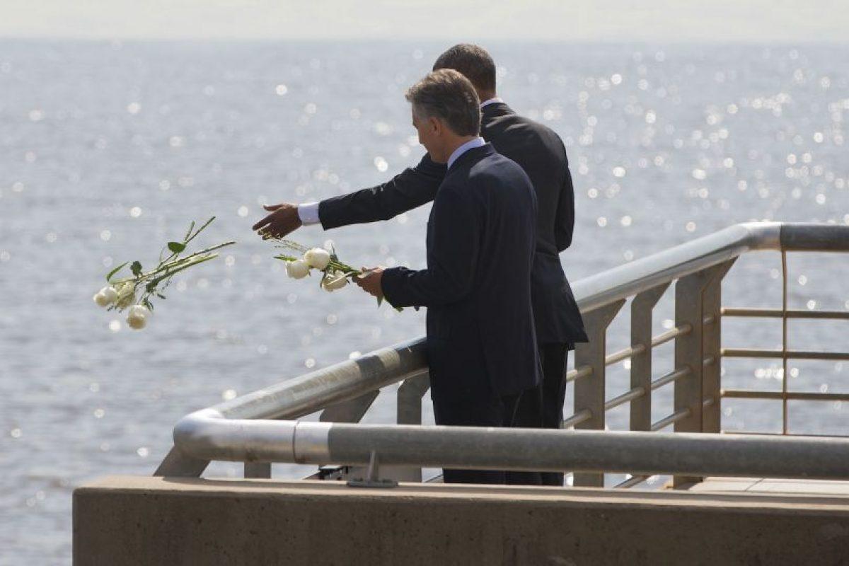 Ahí ambos arrojaron flores blancas en el Río de la Plata. Foto:AP
