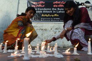 Algunos continúan prendiendo velas para homenajear a los muertos. Foto:AFP