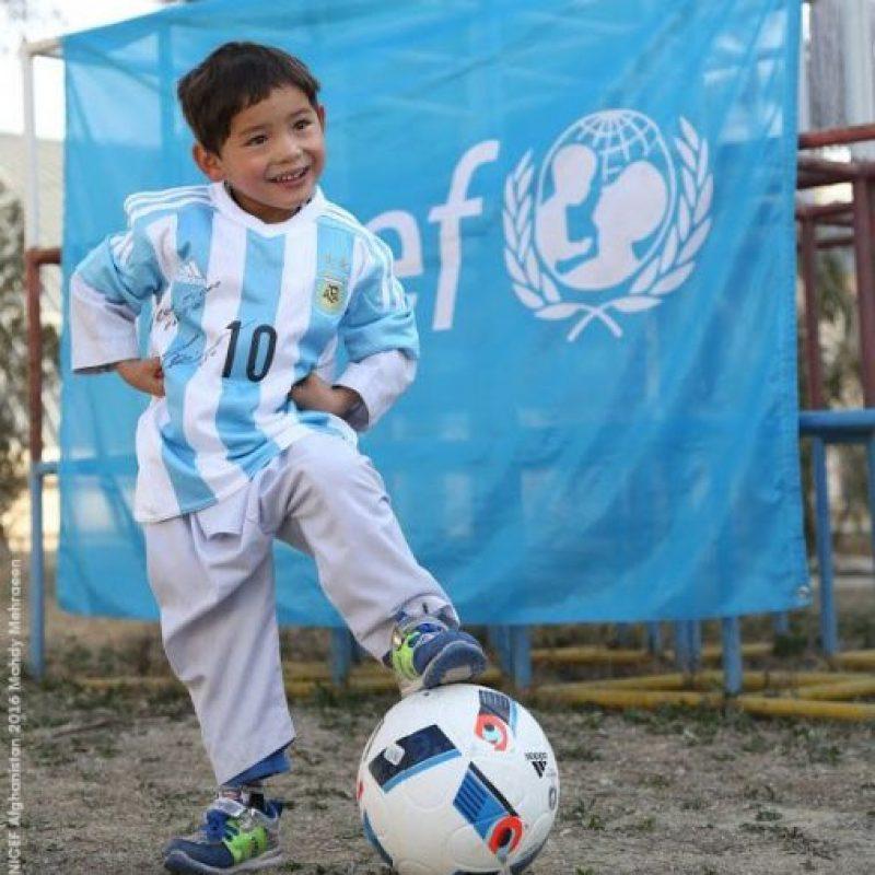 Y el equipo del argentino se movió para regalarle al niño una camisa firmada por su ídolo Foto:Vía twitter.com/UNICEFargentina