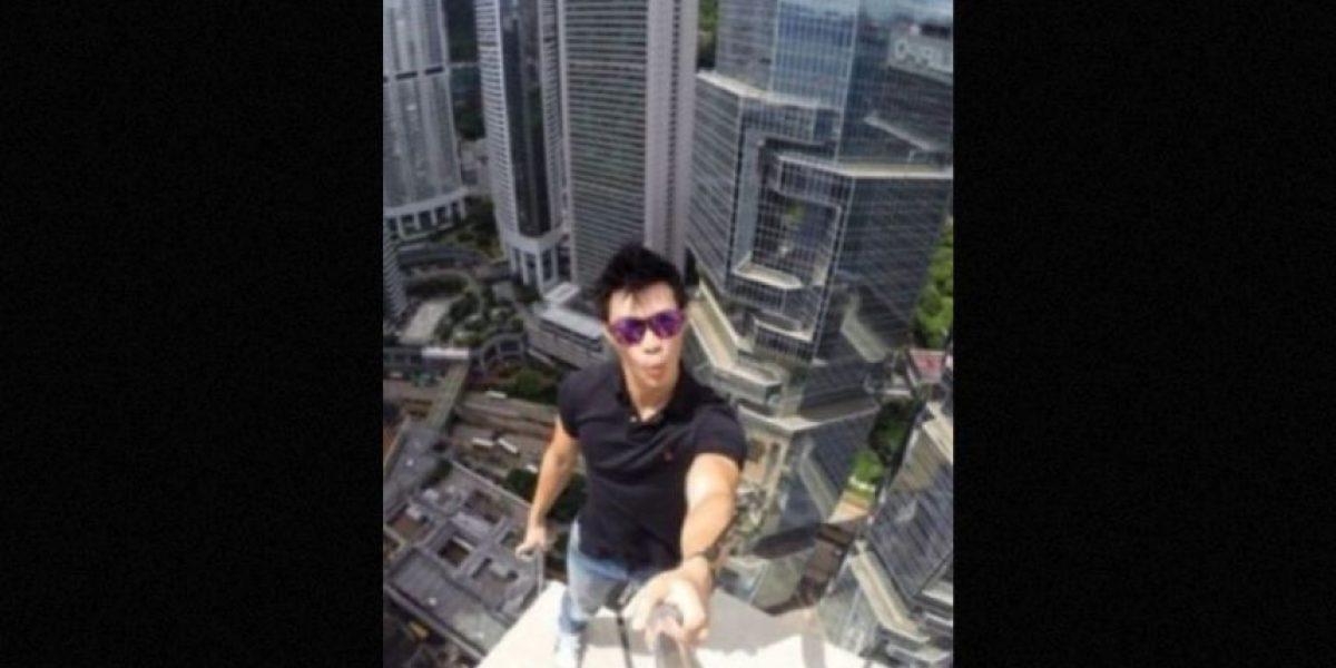 Intentan tomarse un selfie y se caen de un techo
